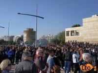 Έτοιμη η γιγαντοοθόνη στο κέντρο της Θεσσαλονίκης - Πλήθος οπαδών του ΠΑΟΚ συρρέει στο Λευκό Πύργο