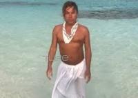 Ο Τρύφων Σαμαράς σε παραλία στις Μαλδίβες φορώντας μόνο ένα μικροσκοπικό μαγιό (βίντεο)